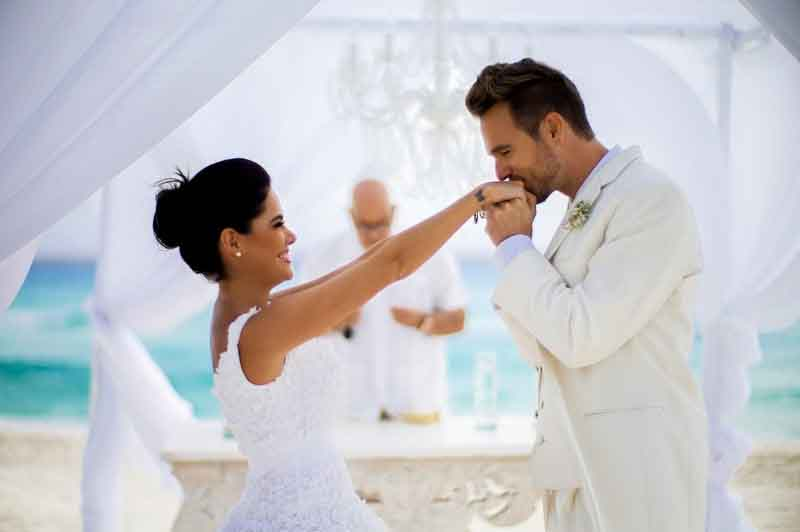 the kiss cancun beach wedding moment Me by Melia