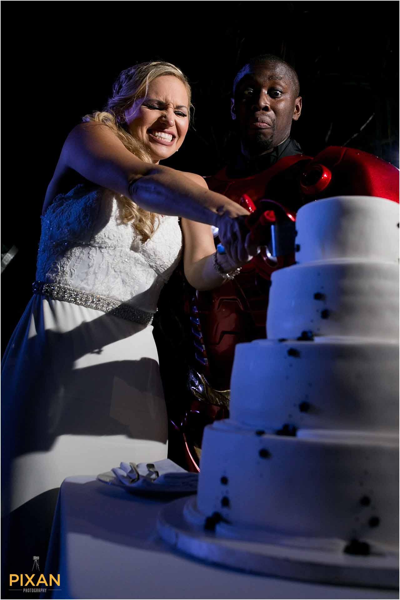 Cake cutting Azul Five wedding