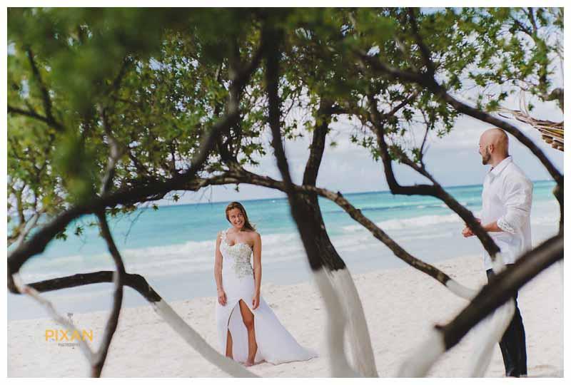 Couple wedding photos on the beach in Cancun