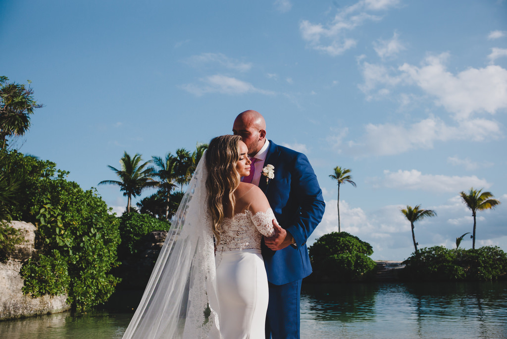 couples kiss Fuego's cove Hotel Xcaret